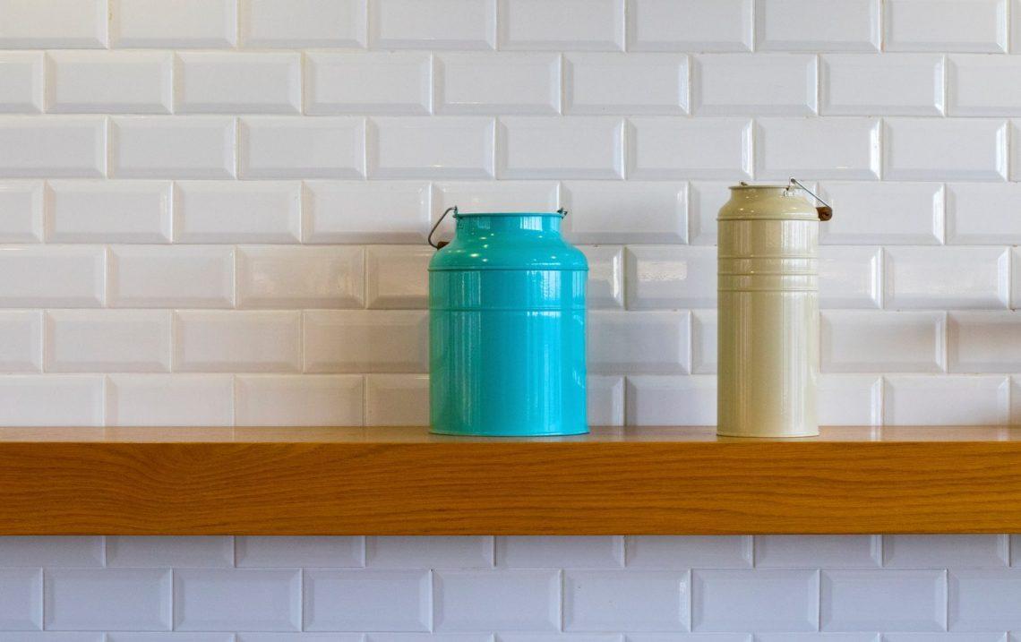 Jak układać płytki ceramiczne na ścianie w kuchni?
